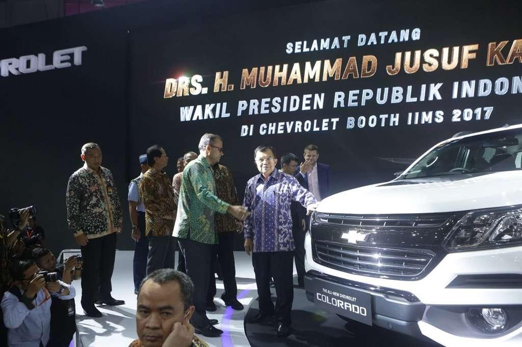 Wakil Presiden Jusuf Kalla Kunjungi Booth Chevrolet di IIMS 2017