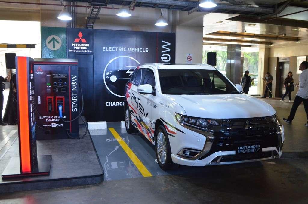 Mitsubishi Buka Charging Station, Seberapa Laris Outlander PHEV?