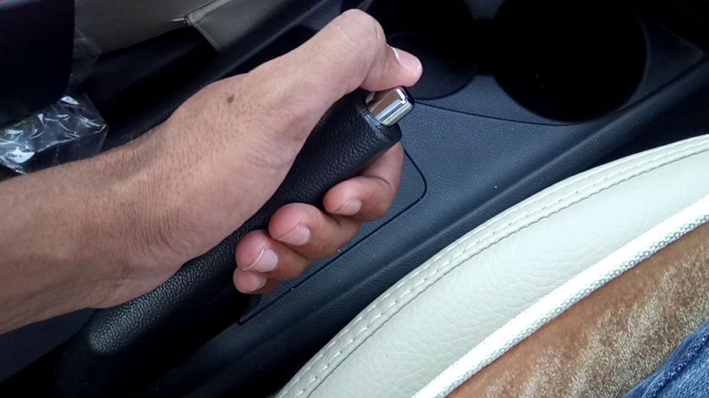 TIPS: Tarik Rem Tangan Dahulu, Baru Pindahkan Transmisi ke Parkir