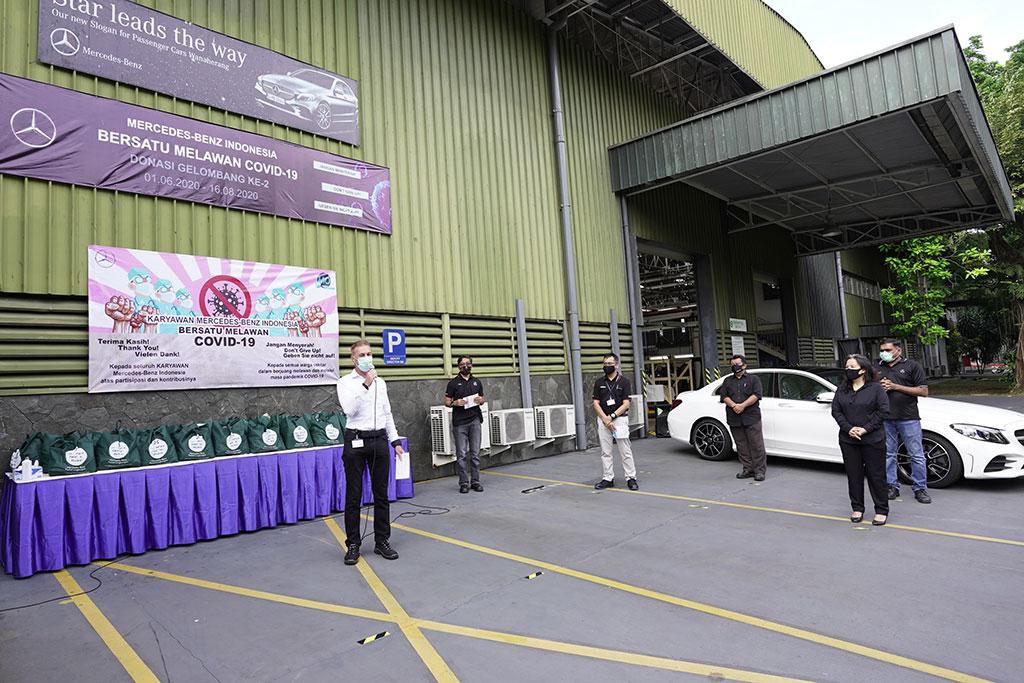 Mercedes-Benz Indonesia Kembali Beri Bantuan untuk Warga di Wanaherang