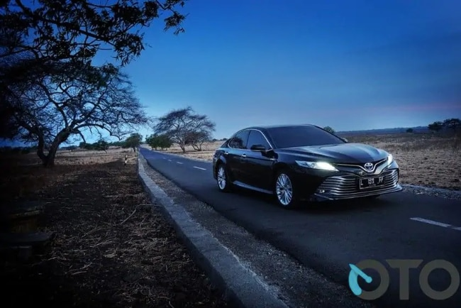 TEST DRIVE: Toyota Camry Hybrid Tembus 18,5 km/liter